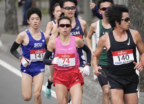 東京五輪のテスト大会となる「札幌チャレンジハーフマラソン」のレース中盤で、力走する松田(中央)(代表撮影)