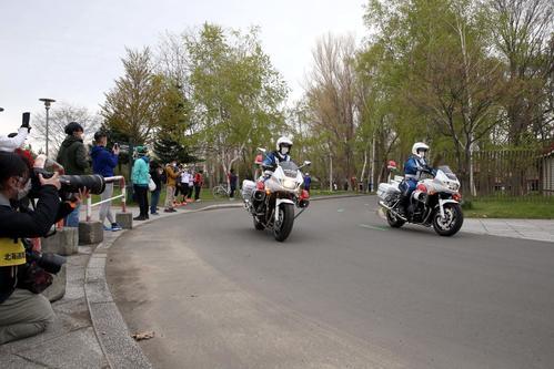 東京五輪のテスト大会となる「札幌チャレンジハーフマラソン」で、北大の敷地内のギグザクカーブを通過する先導する白バイ隊員(撮影・佐藤翔太)