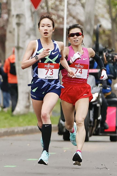 女子ハーフマラソン 約19 キロ 付近の北海道大構内を力走する一山麻緒(左)と松田瑞生(共同)