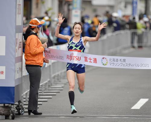 東京五輪のテスト大会となる「札幌チャレンジハーフマラソン」の女子で、1時間8分28秒をマークして優勝した一山(代表撮影)