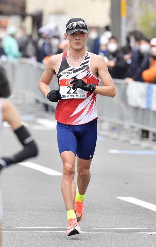 東京五輪のテスト大会となる「札幌チャレンジハーフマラソン」でゴールする服部(代表撮影)