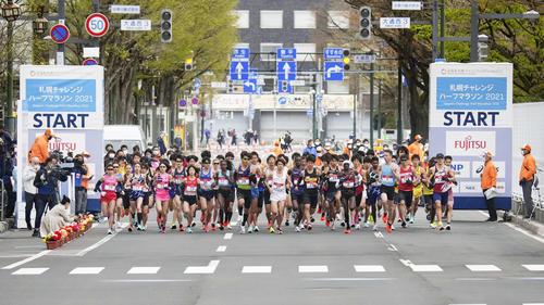 東京五輪のテスト大会となる「札幌チャレンジハーフマラソン」で、一斉にスタートする選手(代表撮影)