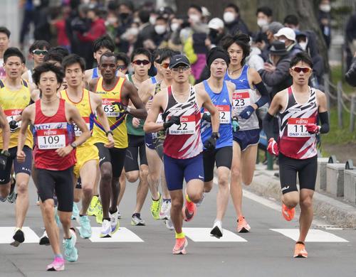 東京五輪のテスト大会となる「札幌チャレンジハーフマラソン」で、スタートする服部(中央)ら(代表撮影)