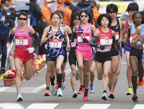 東京五輪のテスト大会となる「札幌チャレンジハーフマラソン」の女子でスタートし、力走する(前列左から)松田瑞生、一山麻緒、前田穂南、鈴木亜由子(共同)