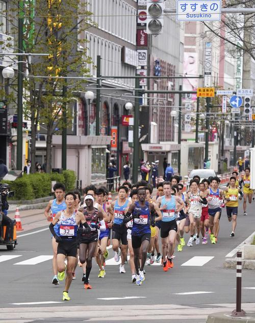 男子ハーフマラソン レース序盤で力走する選手ら(共同)