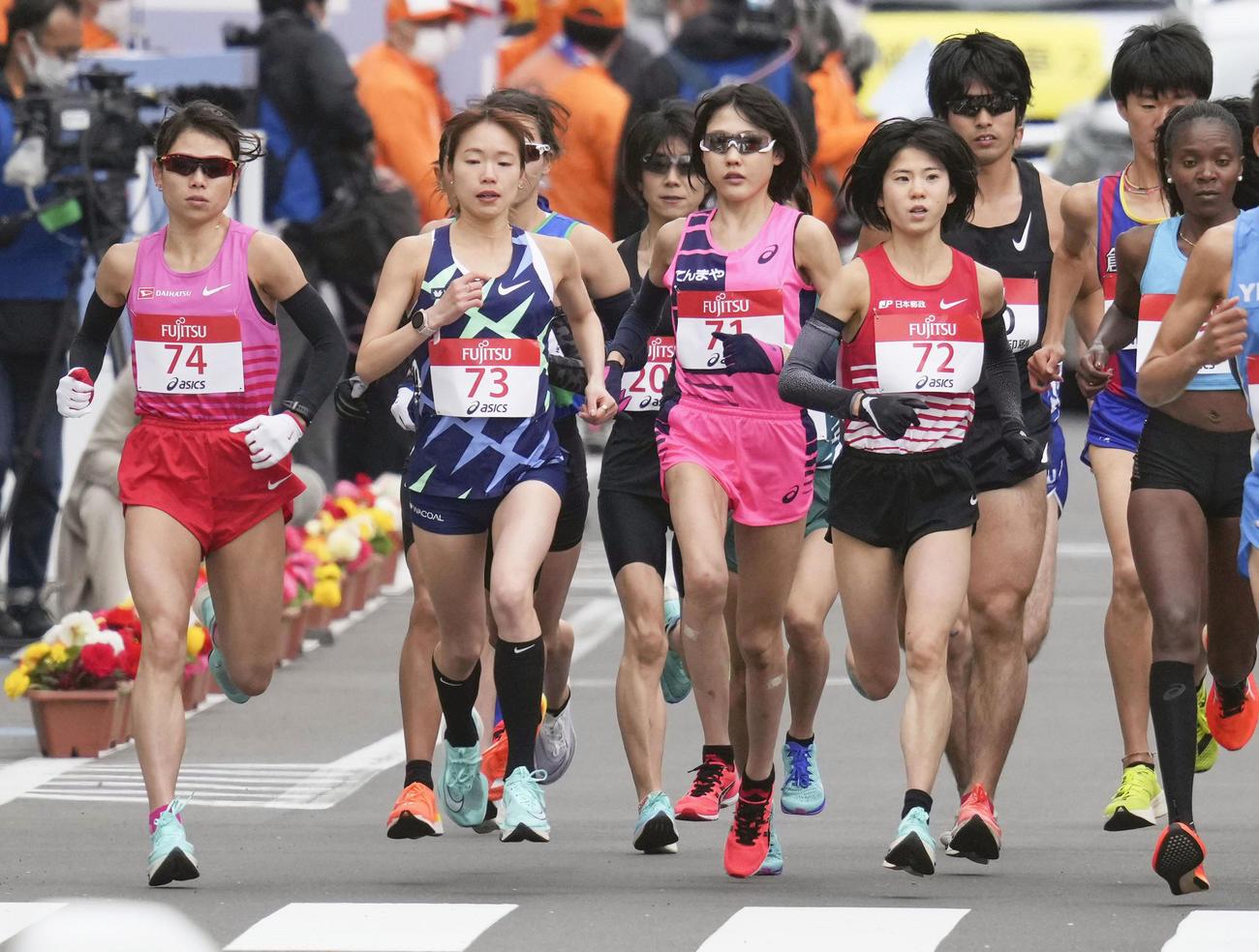 東京五輪のテスト大会となる「札幌チャレンジハーフマラソン」の女子でスタートし、力走する、前列左から松田、一山、前田、鈴木(代表撮影)