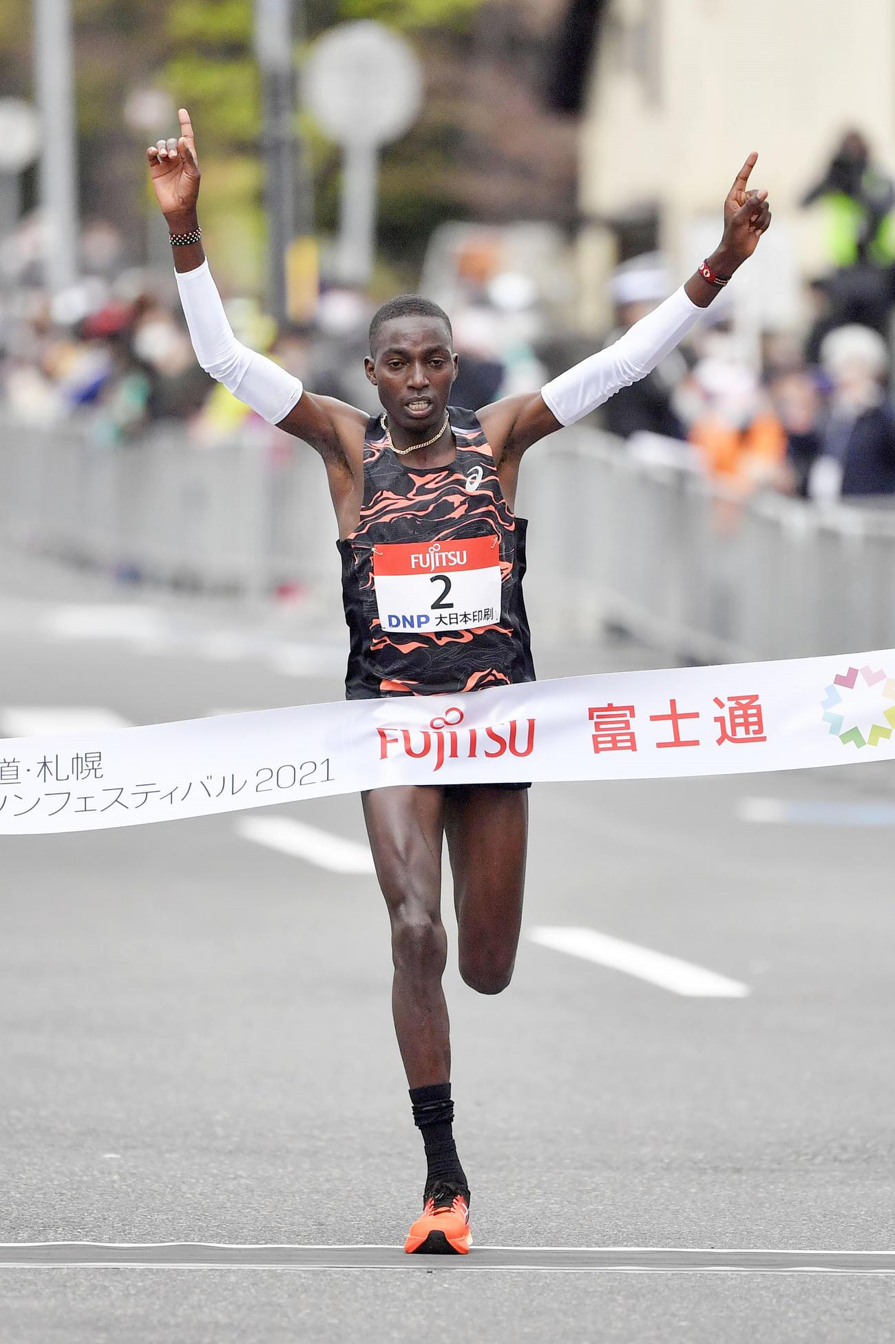 東京五輪のテスト大会となる「札幌チャレンジハーフマラソン」の男子で、1時間0分46秒で優勝したキプコエチ(代表撮影)