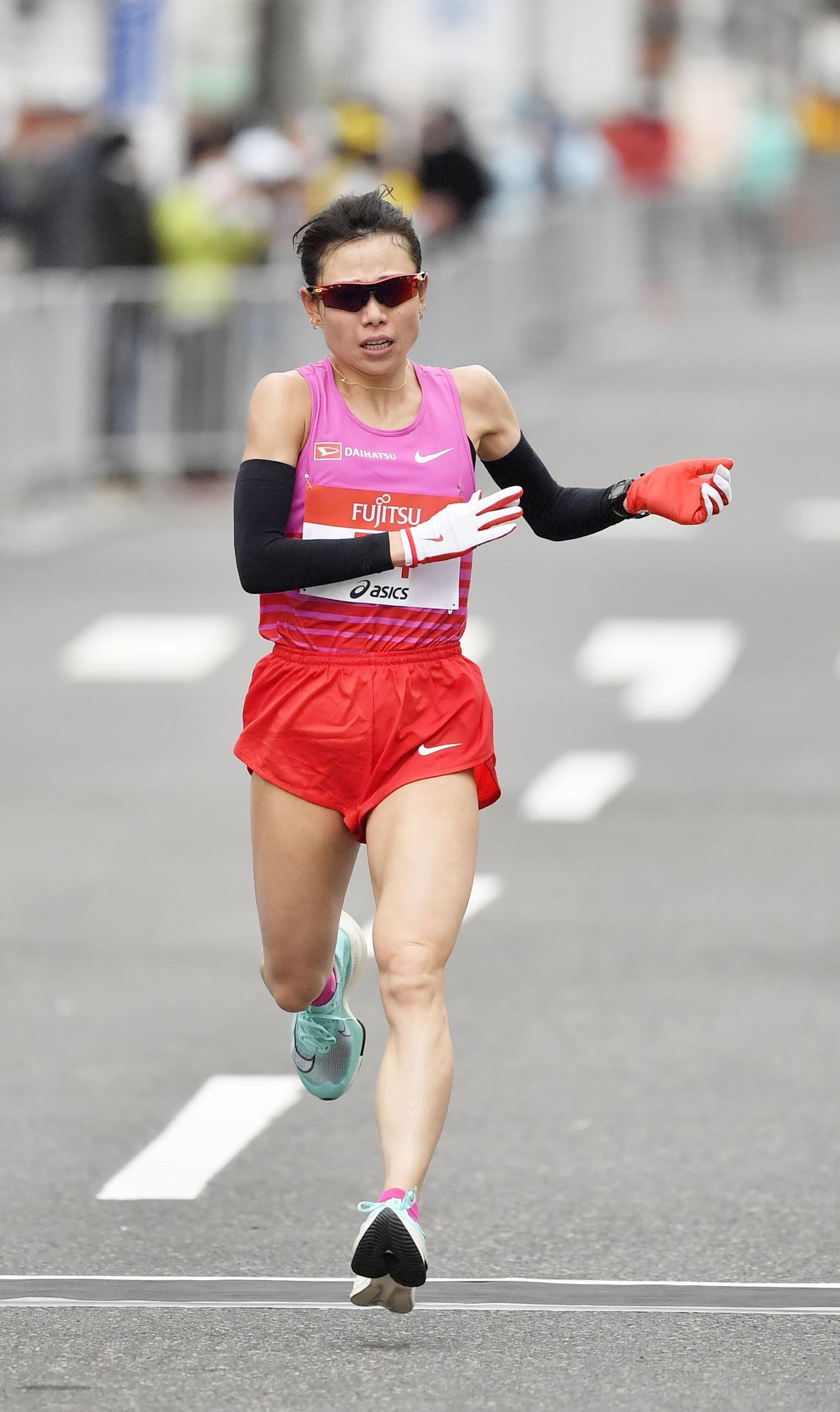 東京五輪のテスト大会となる「札幌チャレンジハーフマラソン」の女子で、2位でゴールする松田(代表撮影)