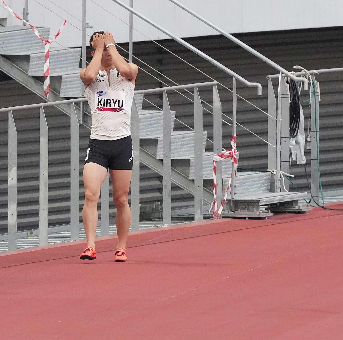 男子100メートル予選でフライングし失格となった桐生は頭を抱える(撮影・鈴木みどり)