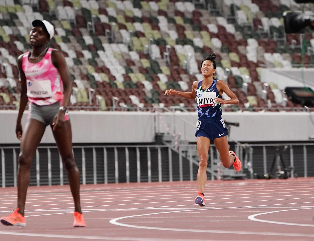 女子5000メートル決勝、5位でゴールする新谷(右)(撮影・菅敏)