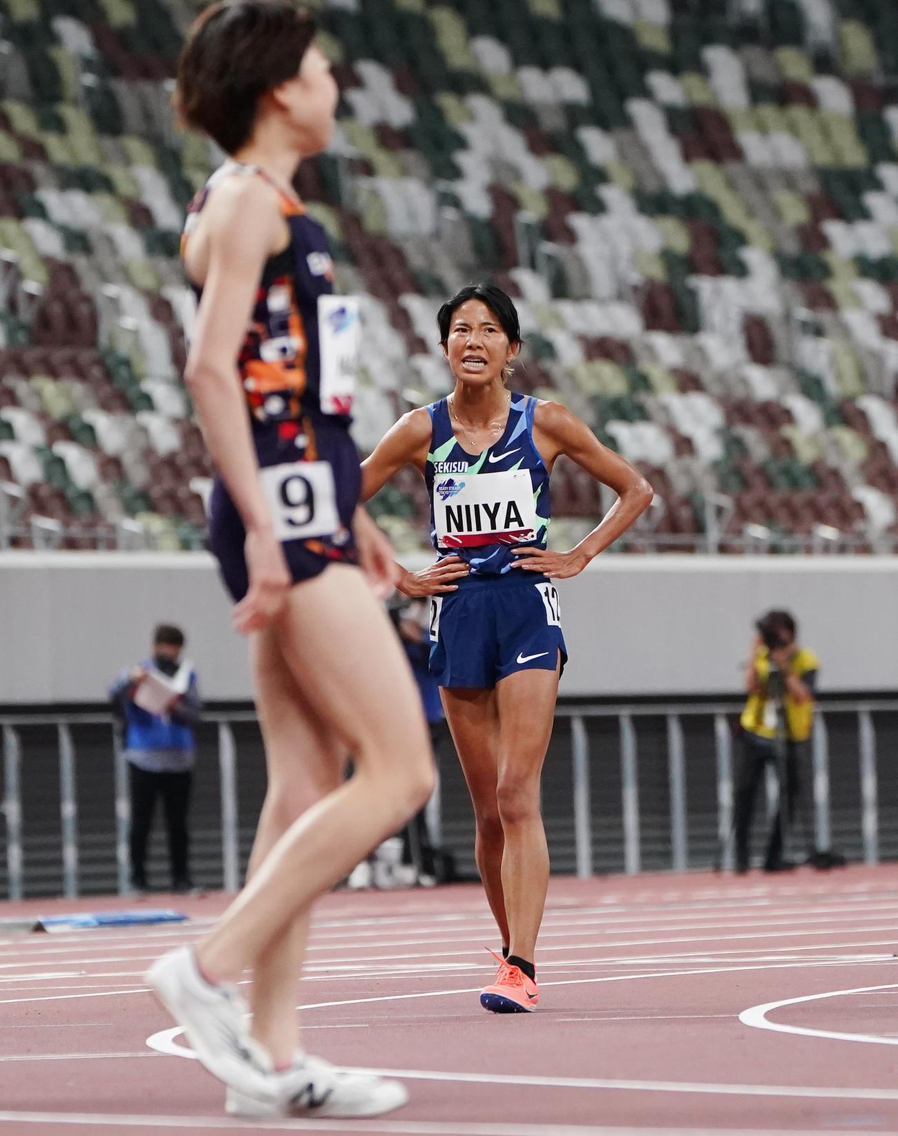 女子5000メートル決勝、5位に終わった新谷(右)(撮影・菅敏)