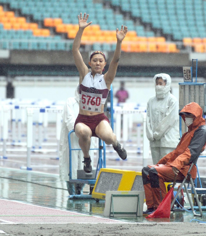 今季自己ベストの5メートル87で女子走り幅跳びを制した浜松商の松尾瑚捺(こなつ)