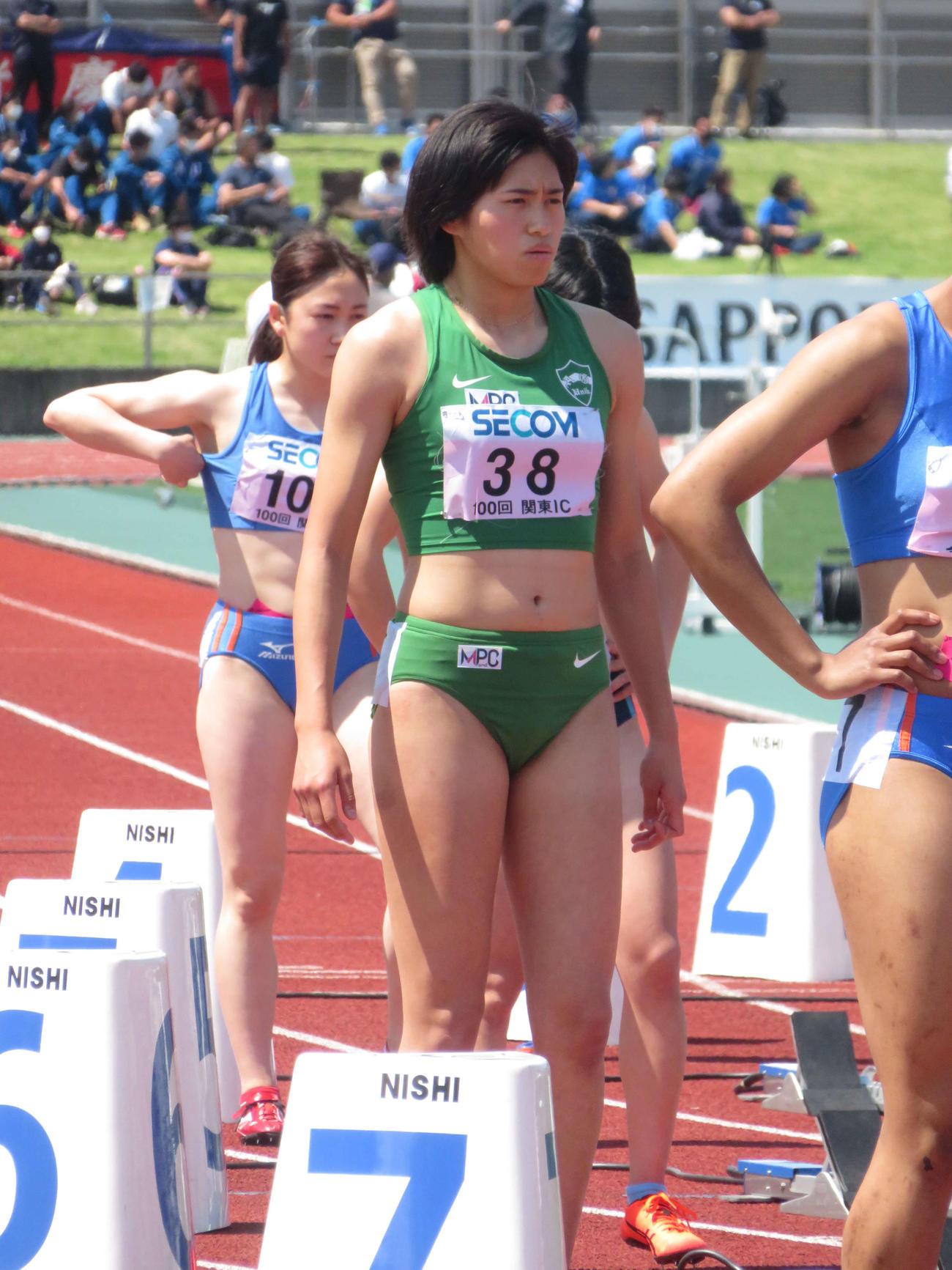 関東学生対校選手権の女子1部200メートル決勝でスタートラインに立つ青学大・石川(撮影・上田悠太)