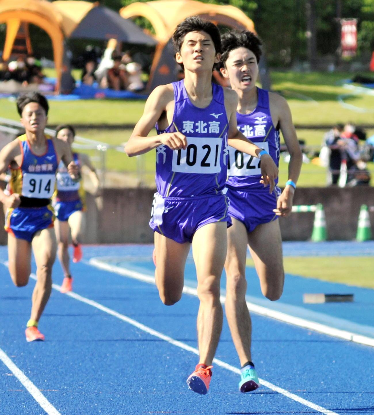男子1500メートル、東北・高橋(中央)は神田大地(右)とのワンツー・フィニッシュを決める