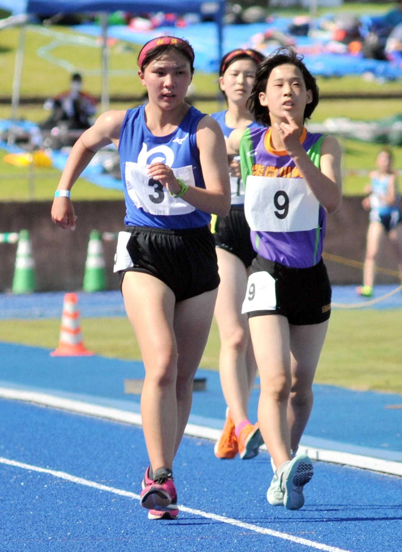 女子5000メートル競歩 白石の太田(左)はゴール直前、2位、3位を周回遅れにして快勝