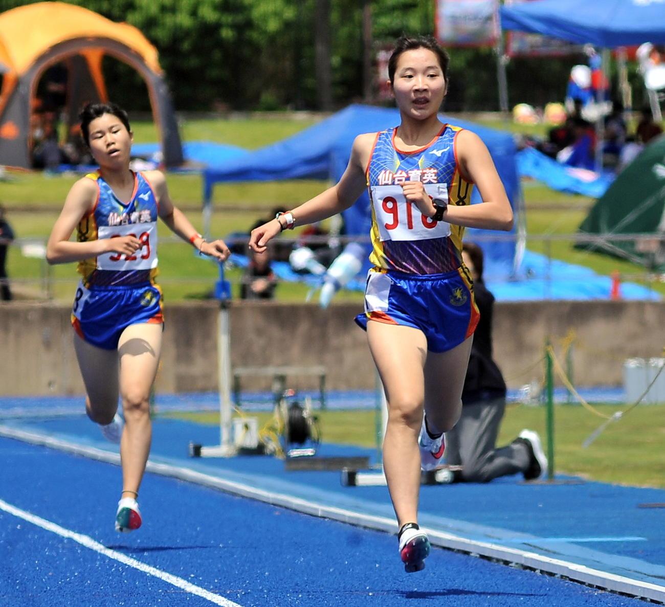 女子1500メートル決勝 ワンツー・フィニッシュを決めた米沢(右)、渡辺の仙台育英コンビ