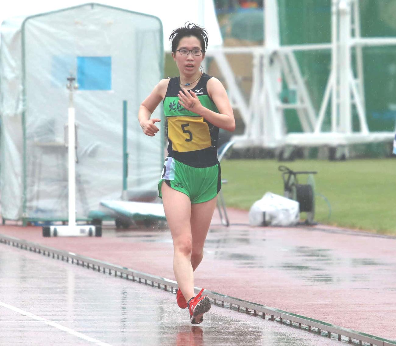 女子5000メートル競歩を道高校新で制した永井(撮影・山崎純一)