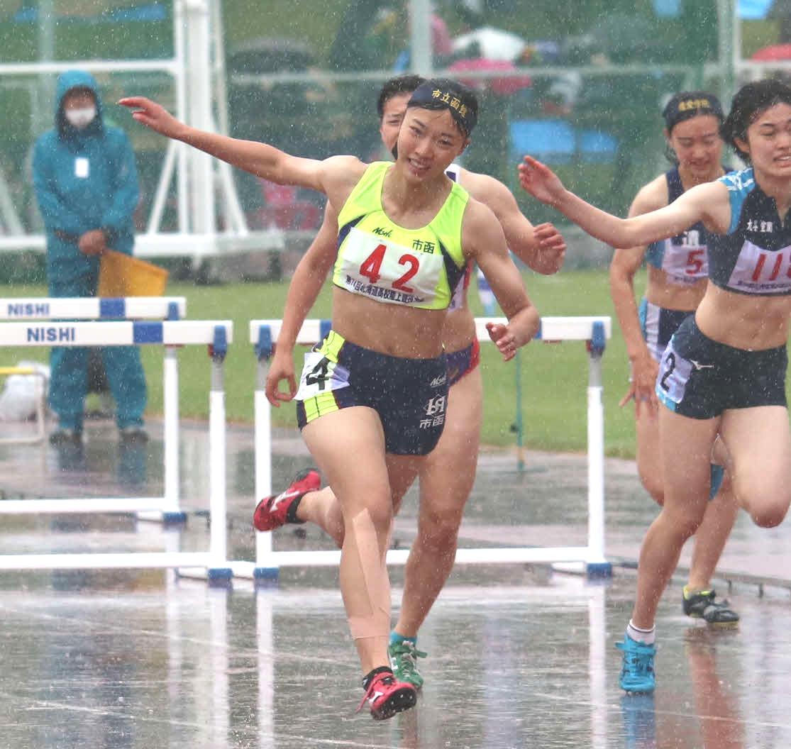 女子100メートル障害で優勝した能戸(撮影・山崎純一)