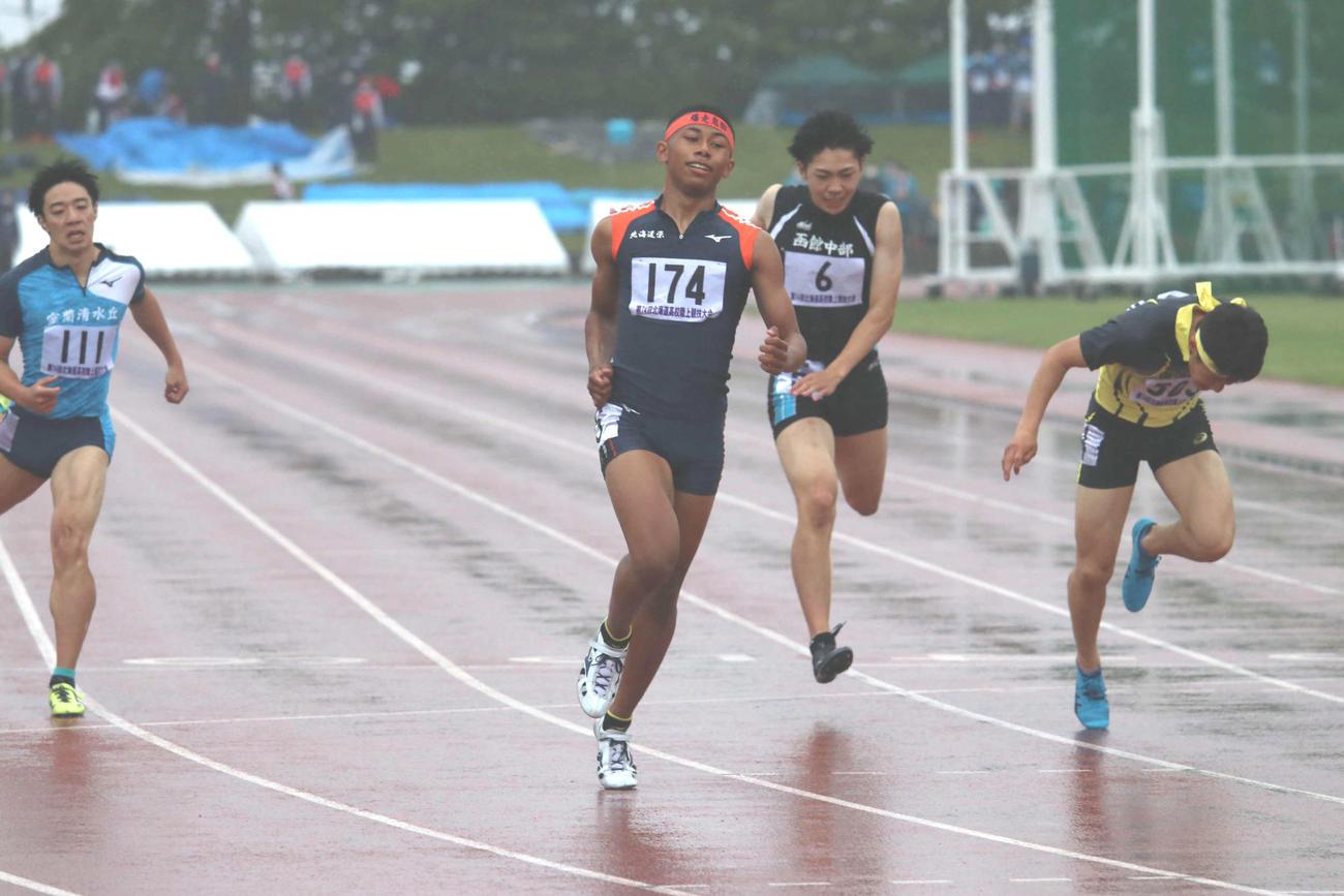 男子400メートルを自己ベストで制したエケジュニア(中央)(撮影・山崎純一)