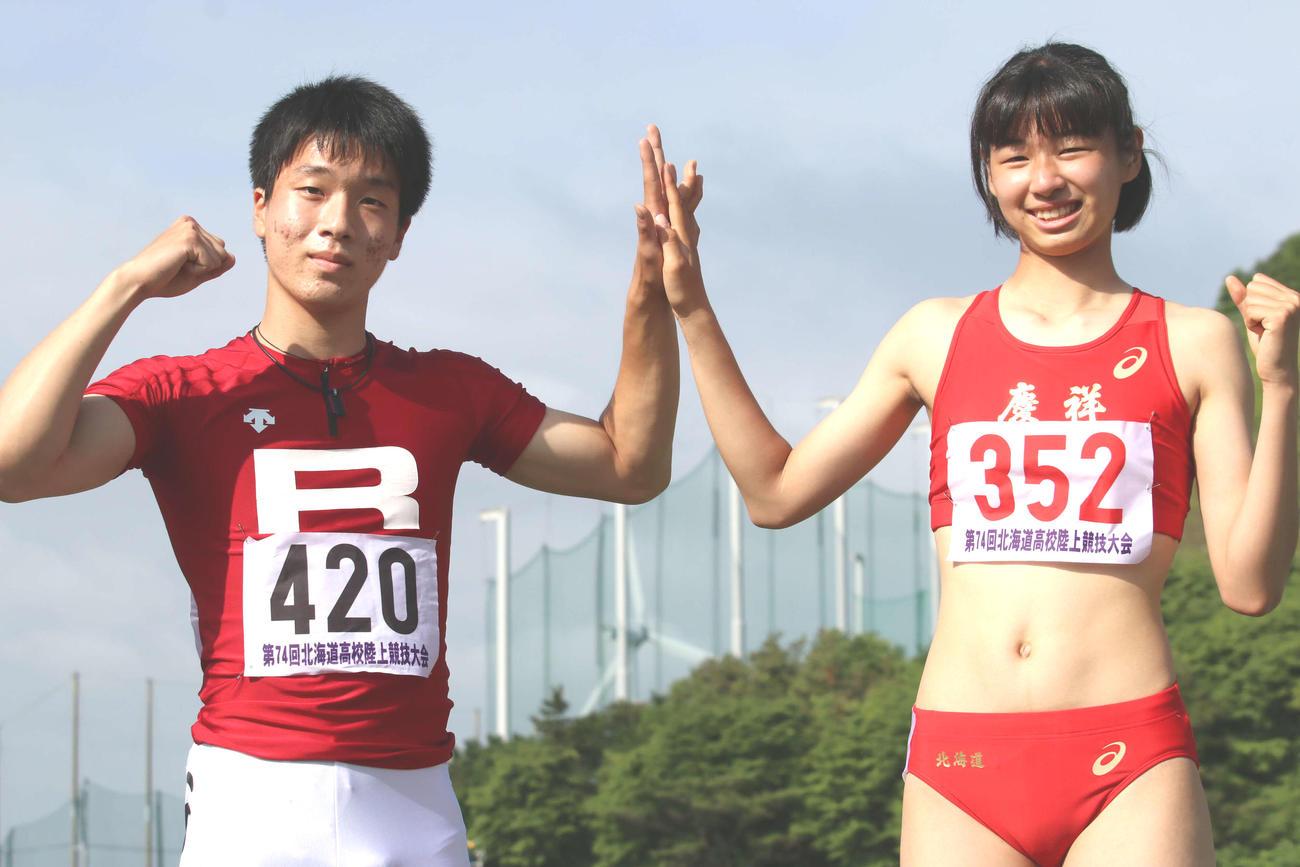100メートルで史上初となる1年生での男女同時優勝を決めた立命館慶祥の水野(左)と神田(撮影・山崎純一)