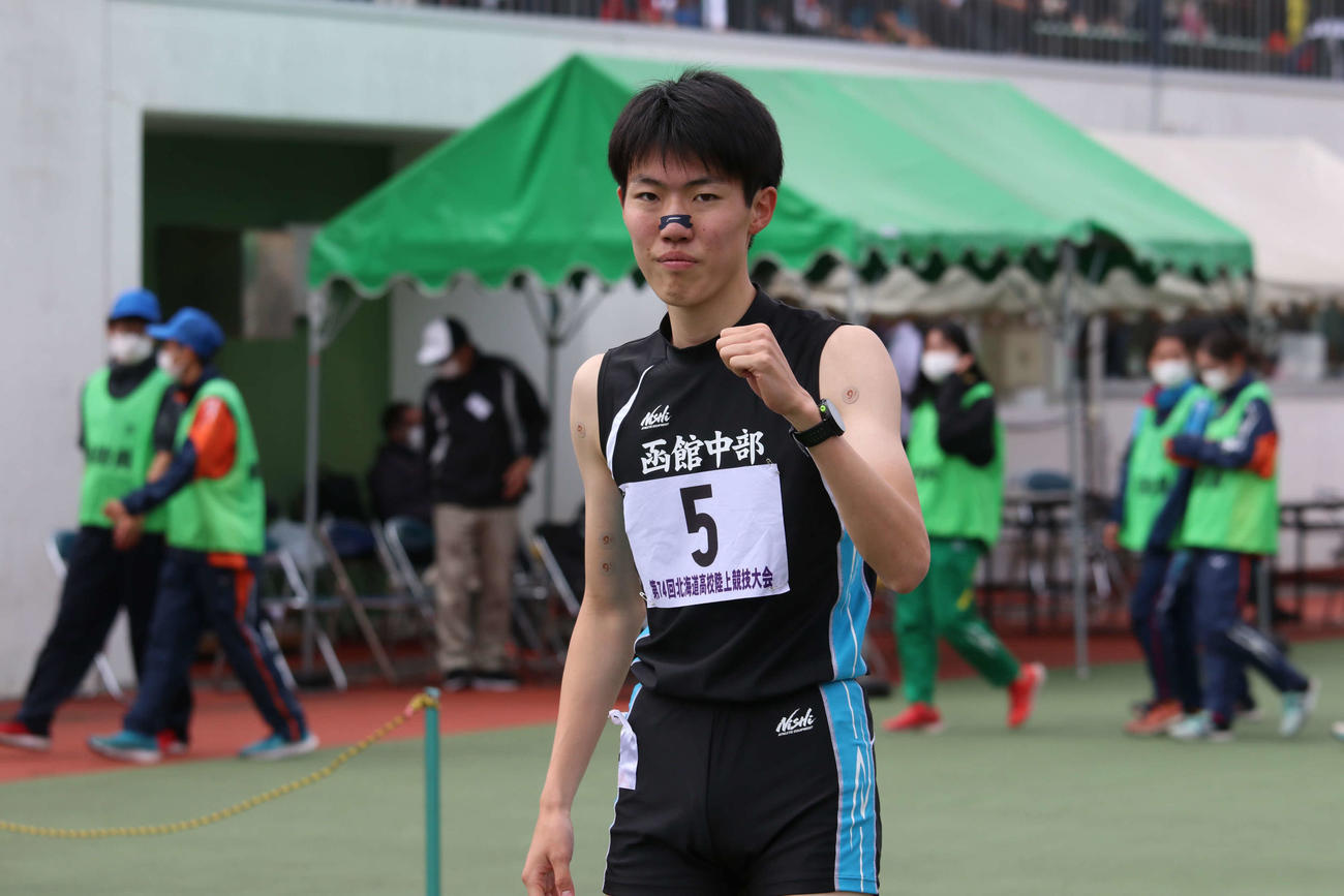 男子800メートルで優勝を決めガッツポーズをみせる函館中部の五島(撮影・山崎純一)