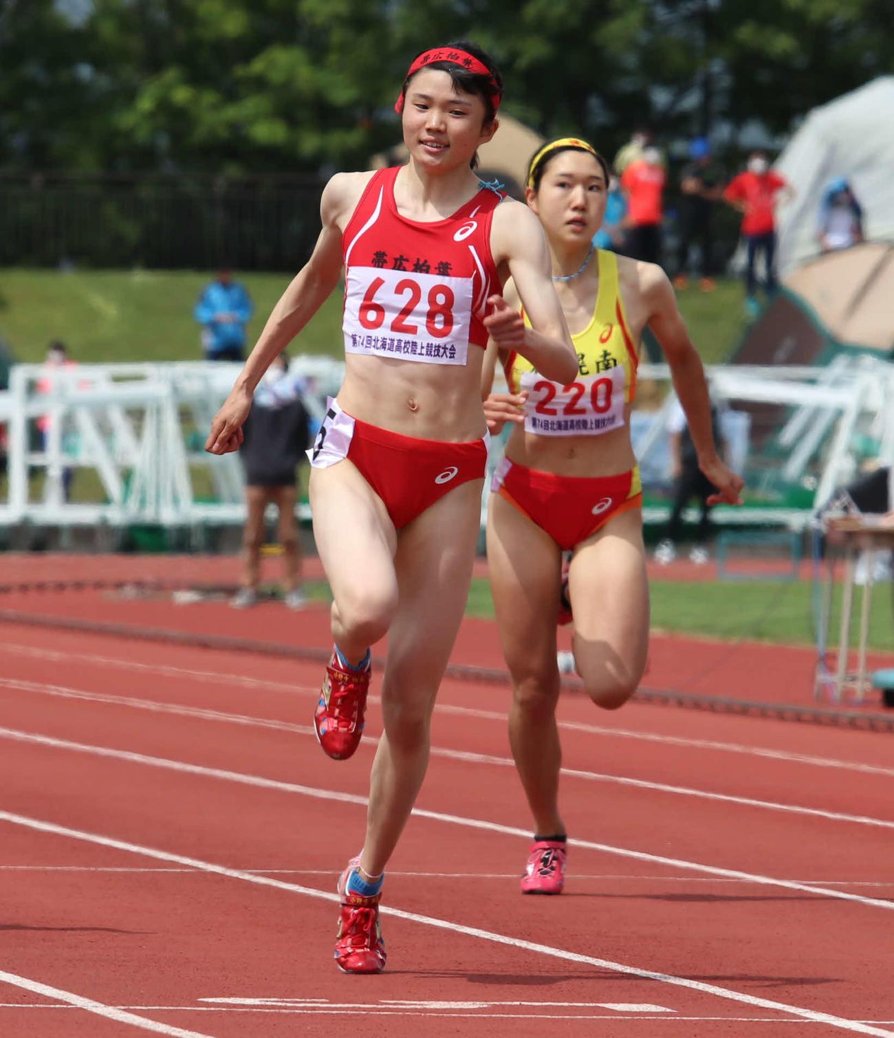 女子200メートルで優勝を果たした帯広柏葉の小野寺(左)(撮影・山崎純一)