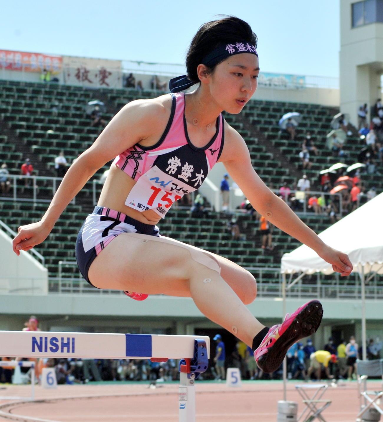 女子400メートル障害決勝 日下は積極的なレース運びで、この日、東北勢最高の4位入賞を決める