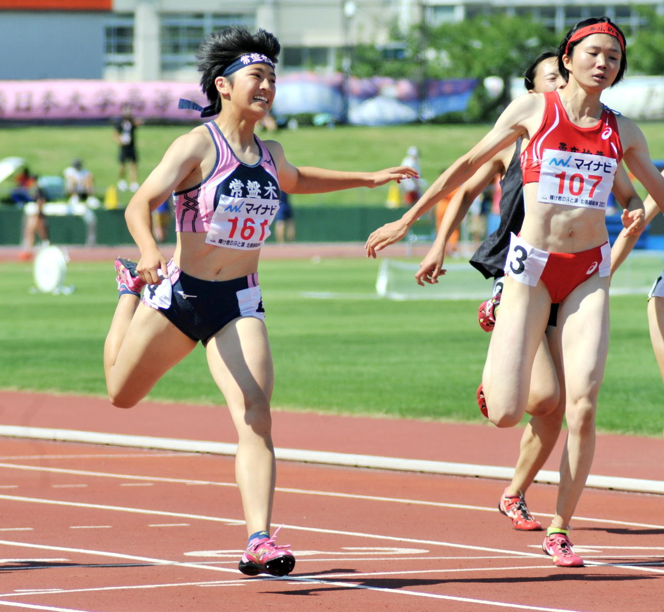 女子200メートル決勝 佐藤(左)は2位小野寺に0秒10差でかわし、初優勝する