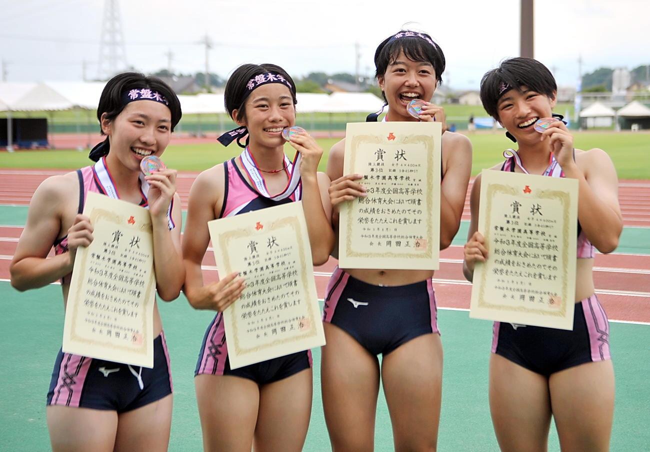 女子1600リレーで3位入賞した常盤木学園。走順に左から日下、黒丸、伊藤、佐藤美