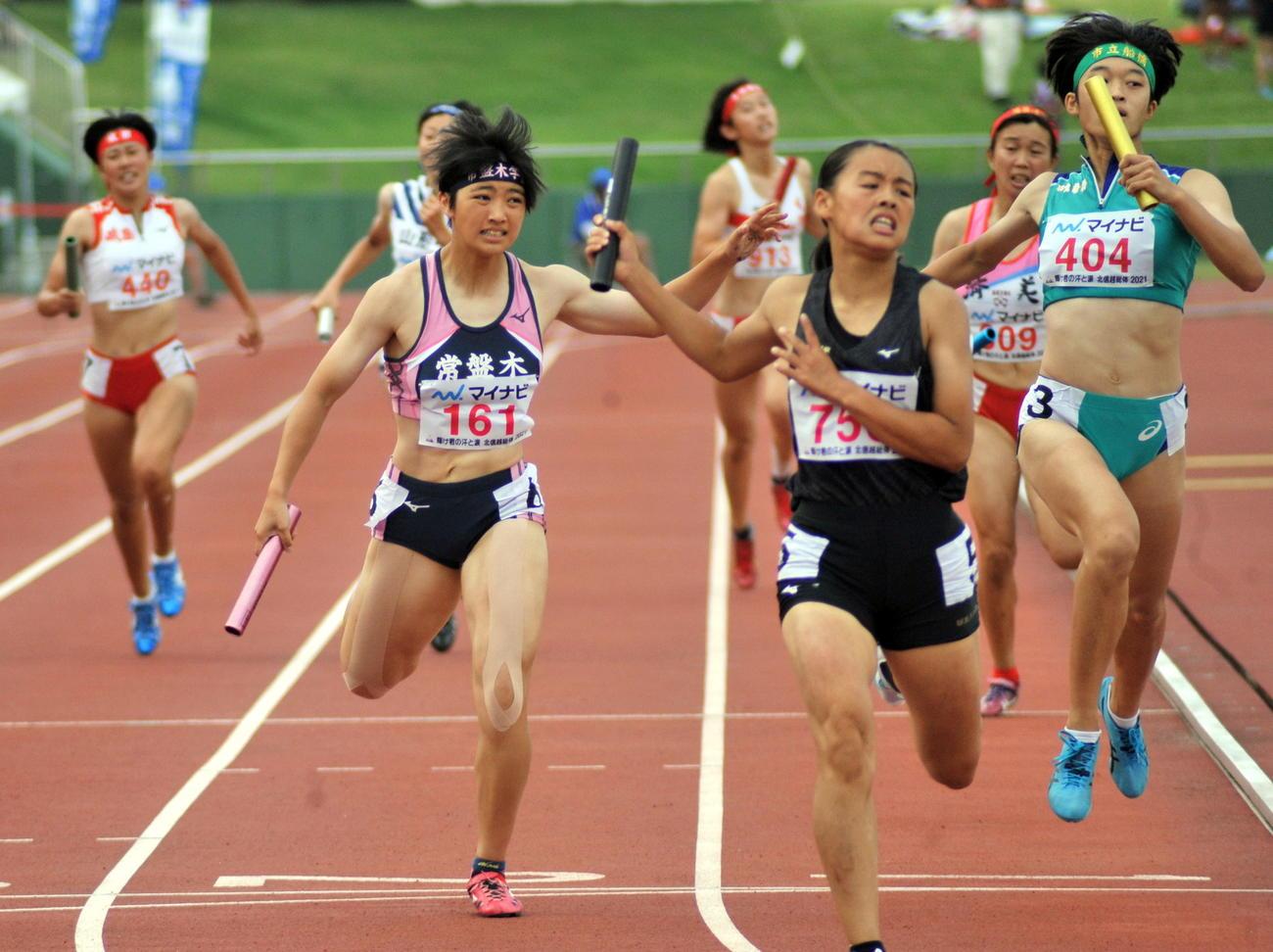 女子1600メートルリレー決勝、常盤木学園のアンカー佐藤美(左から2人目)は3位でゴール