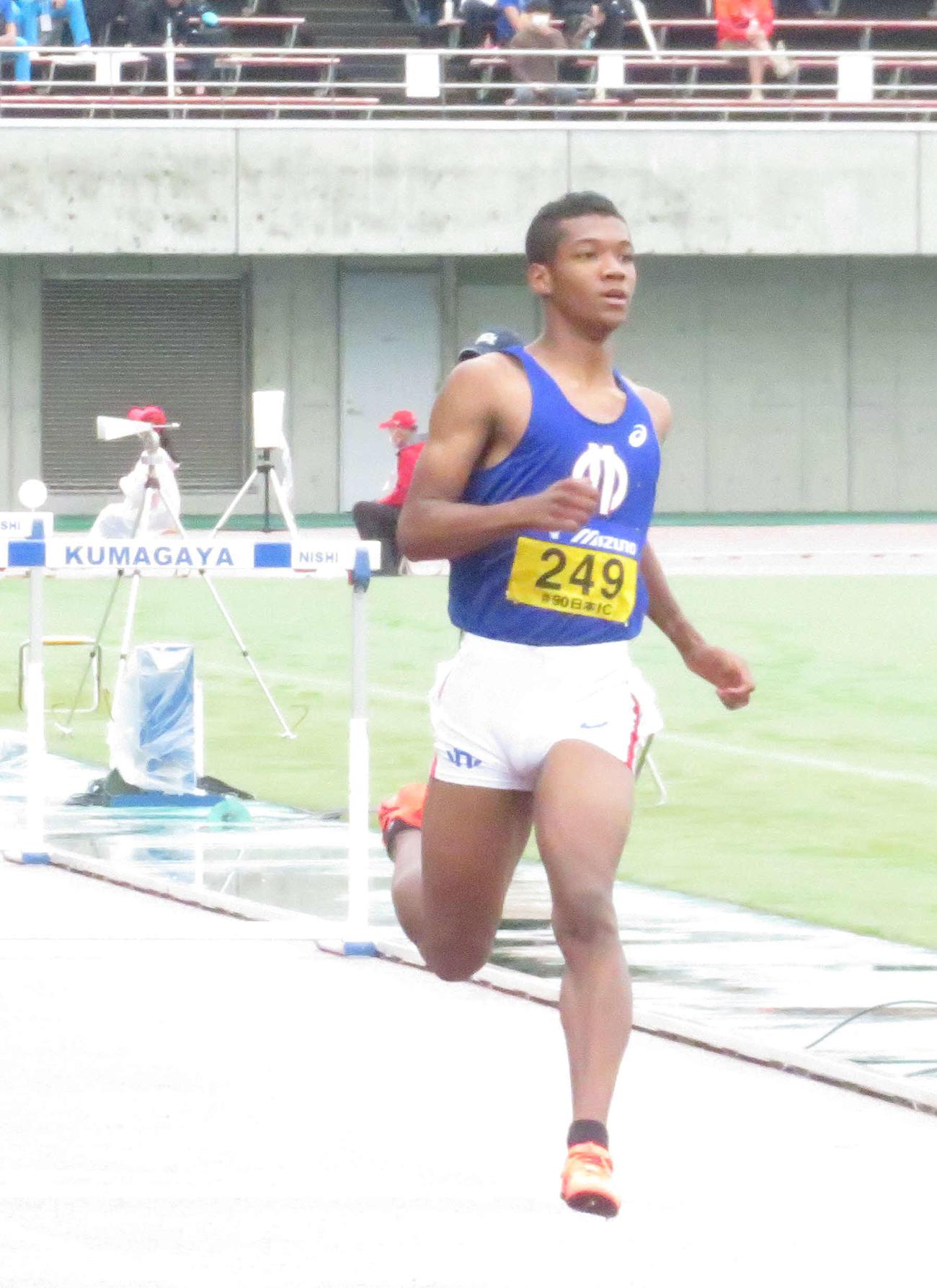 男子110メートル障害予選 1着でフィニッシュする村竹ラシッド(撮影・上田悠太)
