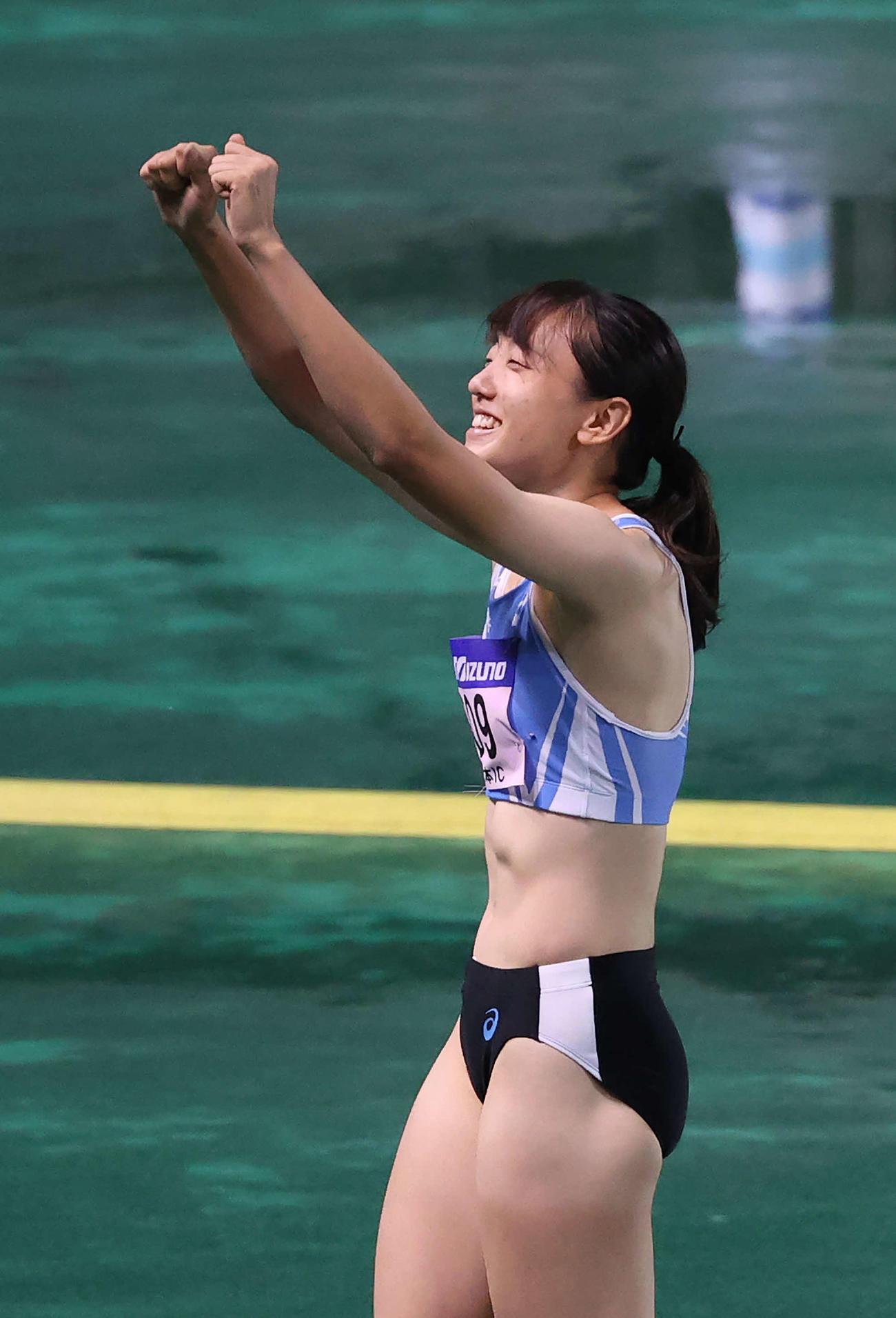 女子三段跳びで優勝し、スタンドに向かってガッツポーズを見せる内山