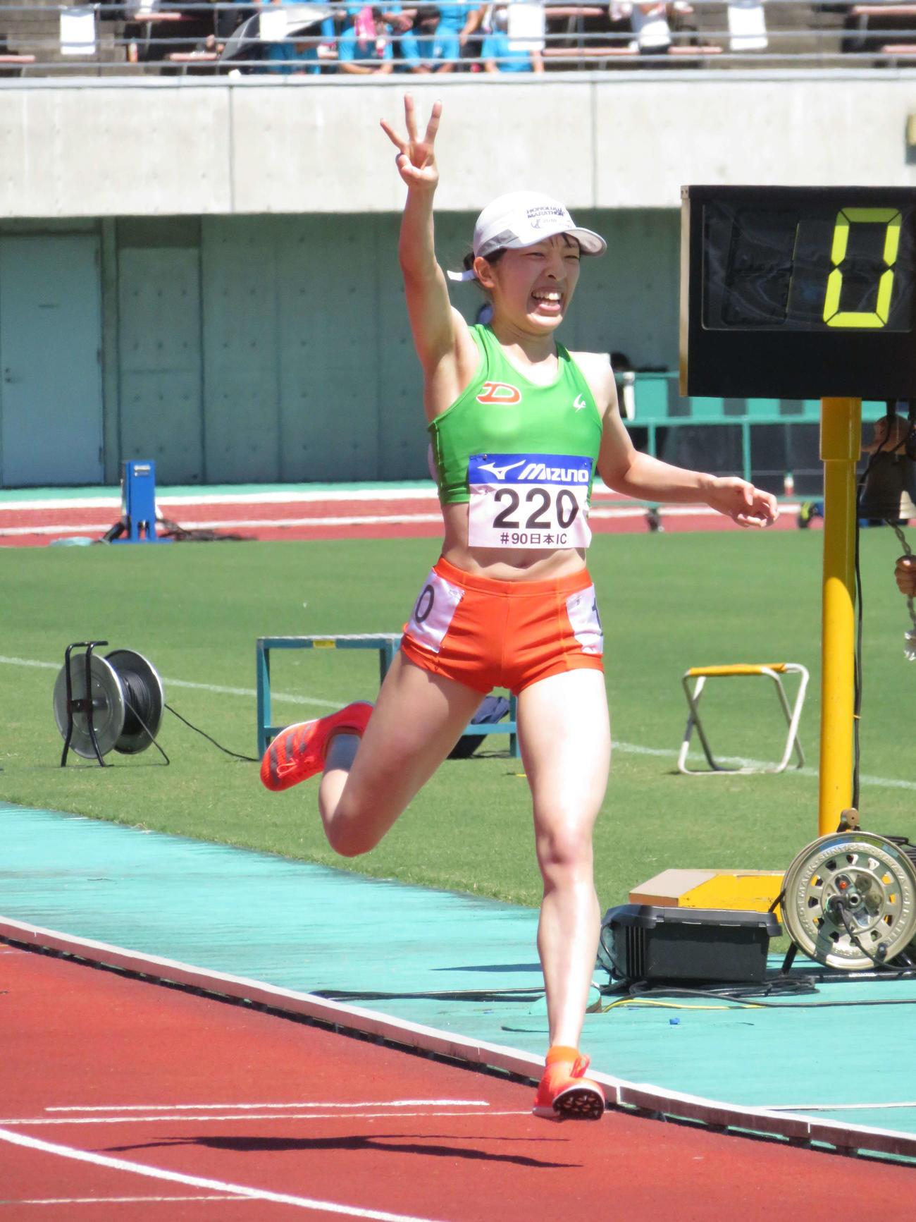 女子3000メートル障害で3連覇を果たし、ゴールする瞬間の吉村玲美(撮影・近藤由美子)