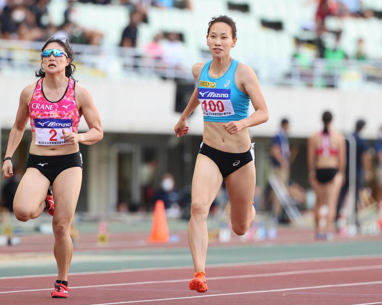 女子100メートルB決勝 12秒11でB決勝2位となる福島千里(右)(撮影・清水貴仁)