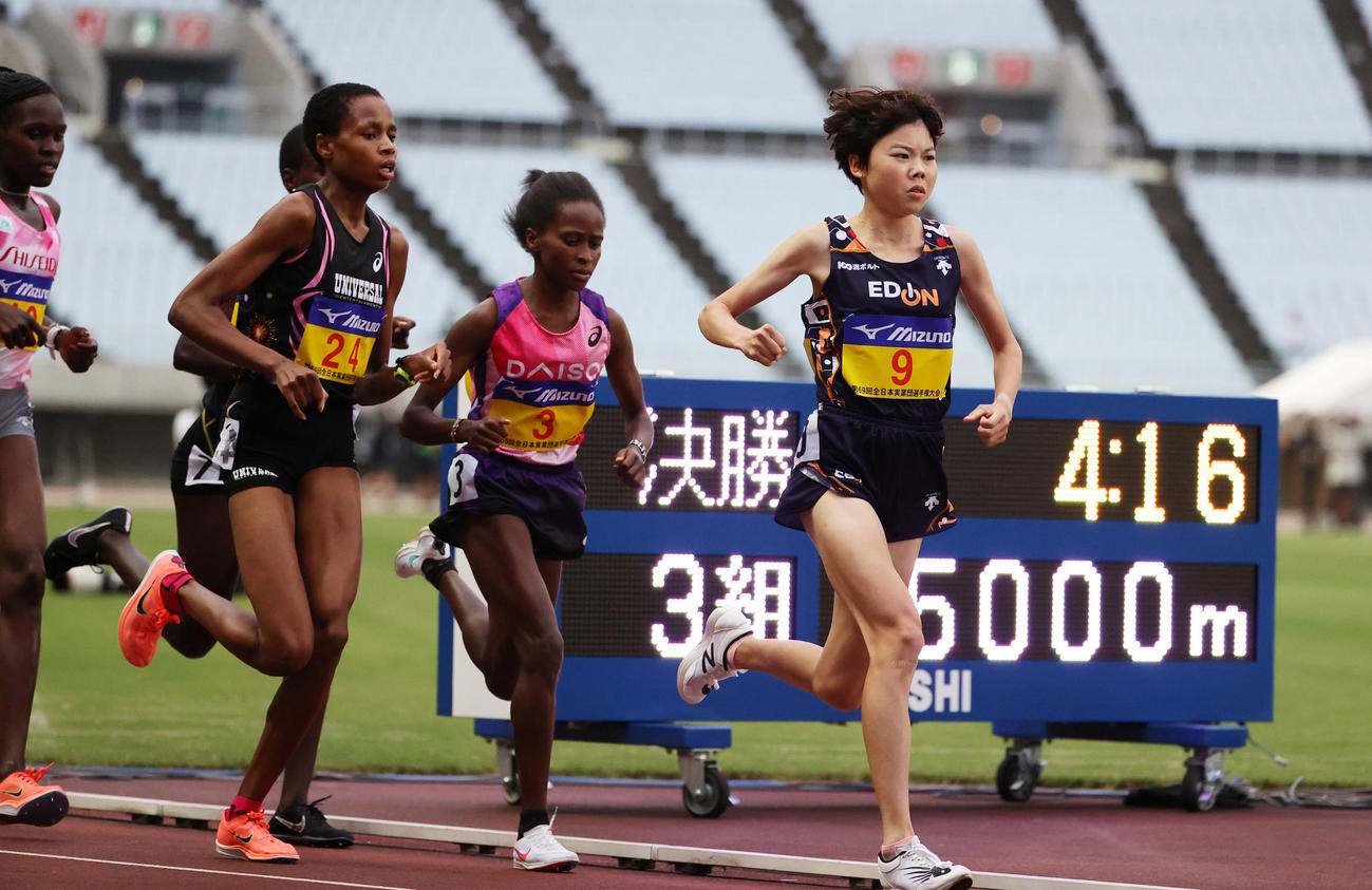 女子5000メートル(タイムレース) スタートからレースを引っ張る萩谷楓(右)(撮影・清水貴仁)