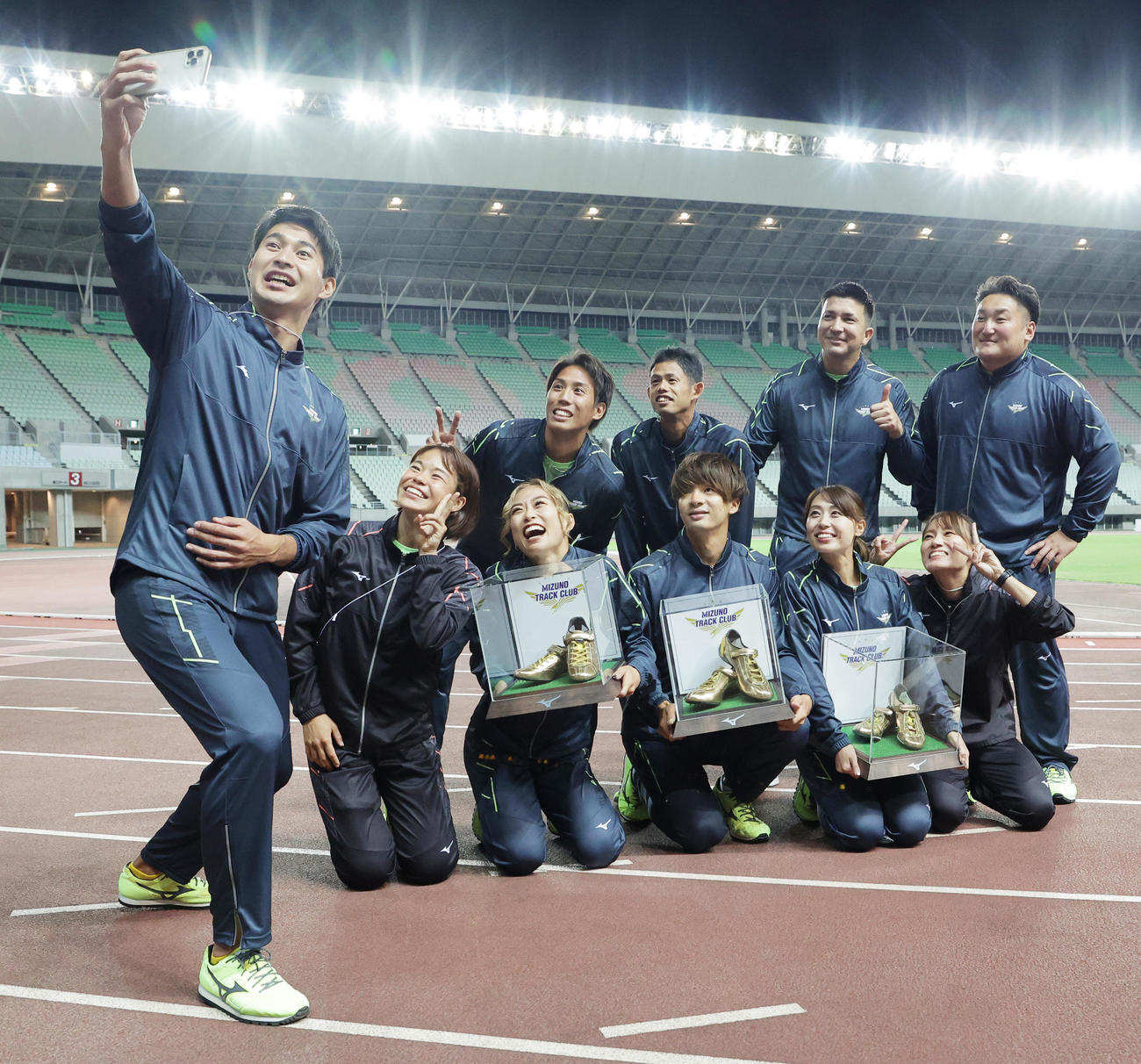 引退する(前列左3人目から)和田麻希、金井大旺、市川華菜の3選手は飯塚翔太(左)ら所属するミズノの選手と記念撮影を行う(撮影・清水貴仁)