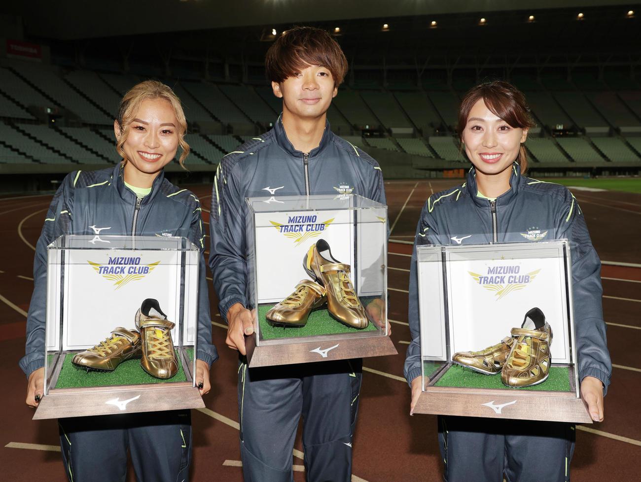 引退する和田麻希(左)、金井大旺(中央)、市川華菜の3選手に所属のミズノからゴールドスパイクが贈呈される(撮影・清水貴仁)