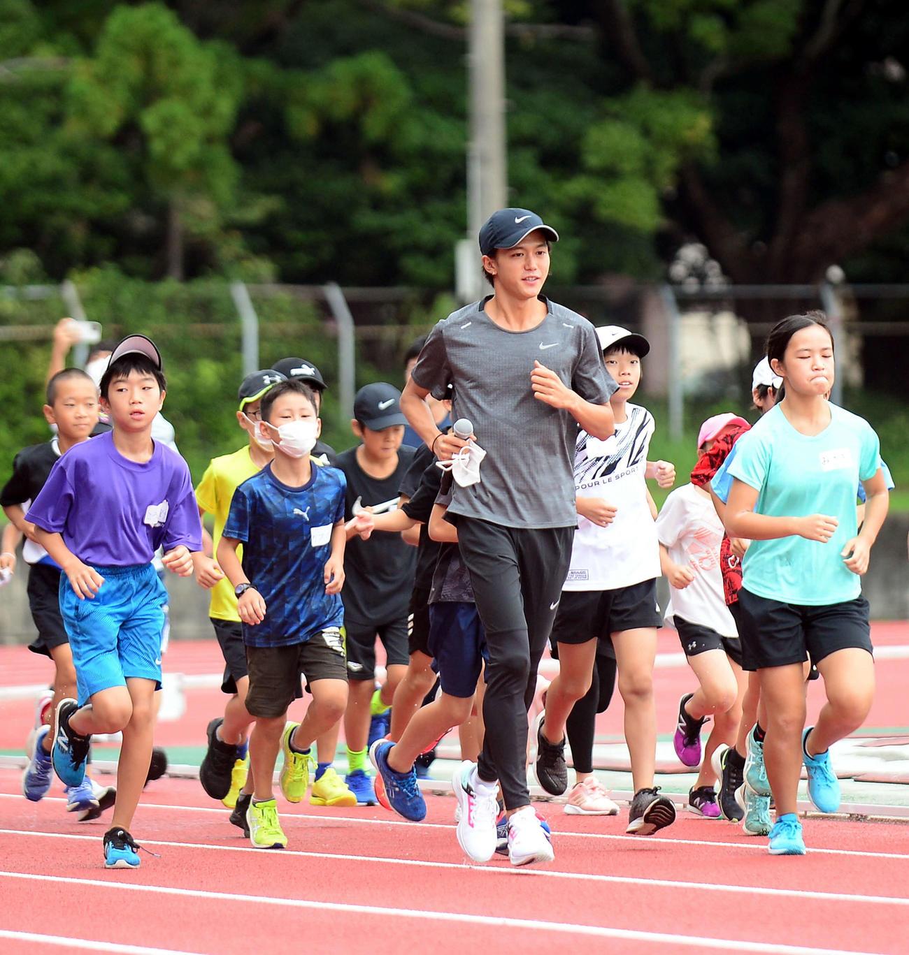 参加した小学生と一緒に走る大迫氏(2021年9月12日撮影)