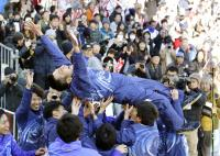 旭化成18年ぶりV、西監督「今でも夢かなと思う」 - 陸上 : 日刊スポーツ