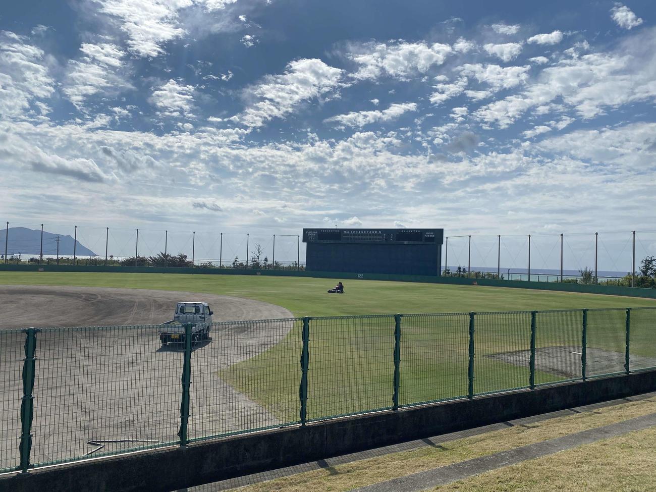 楽天の春季キャンプが行われていた久米島野球場のグラウンド内(撮影・桑原幹久)
