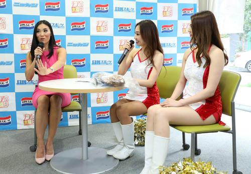 オールスターチアリーダーズ(右=Karin、中=Yumi)からの質問にジェスチャーを交え答える平田さん