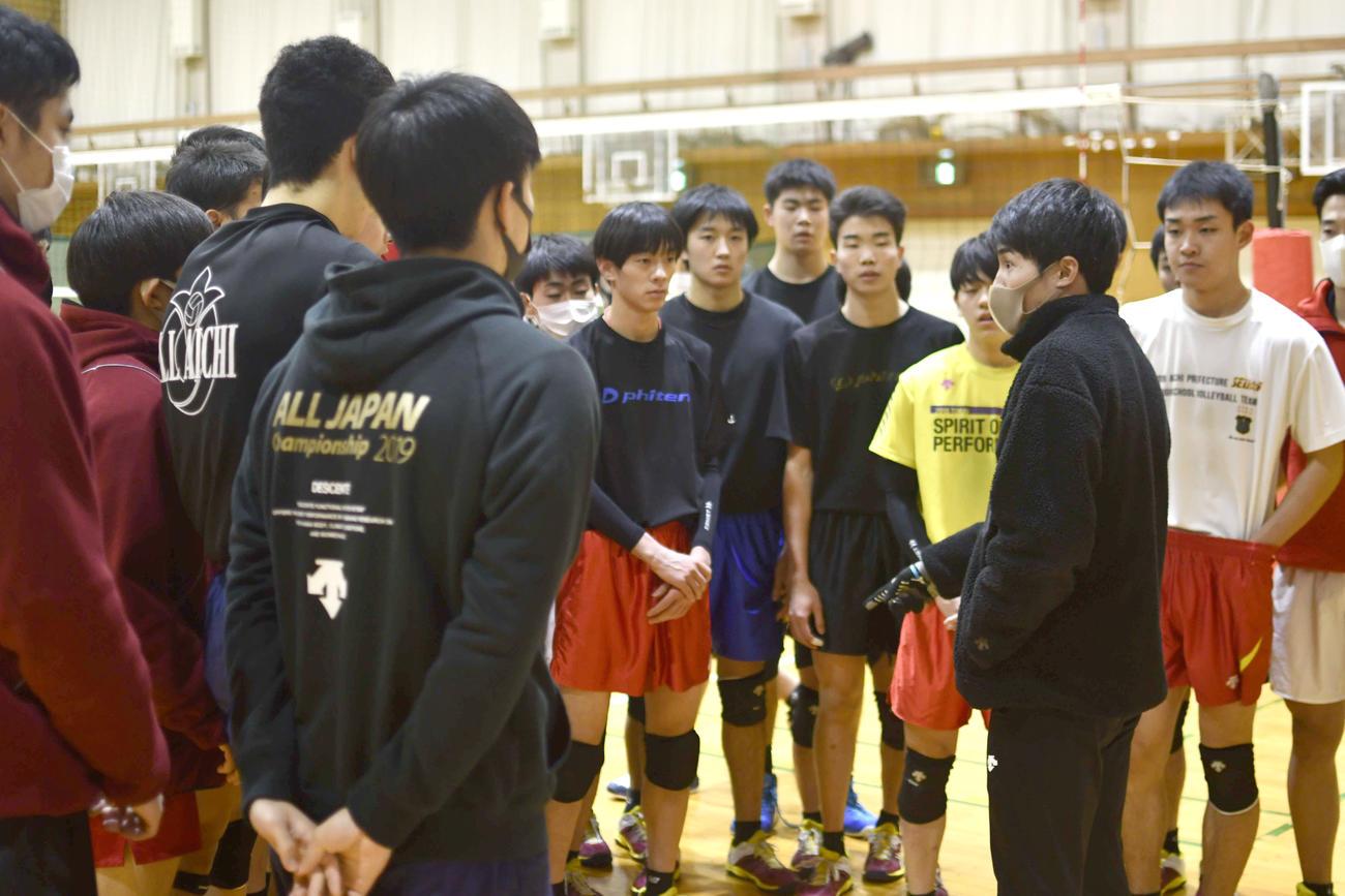 選手を集めて気が付いたことを伝える中根聡太コーチ
