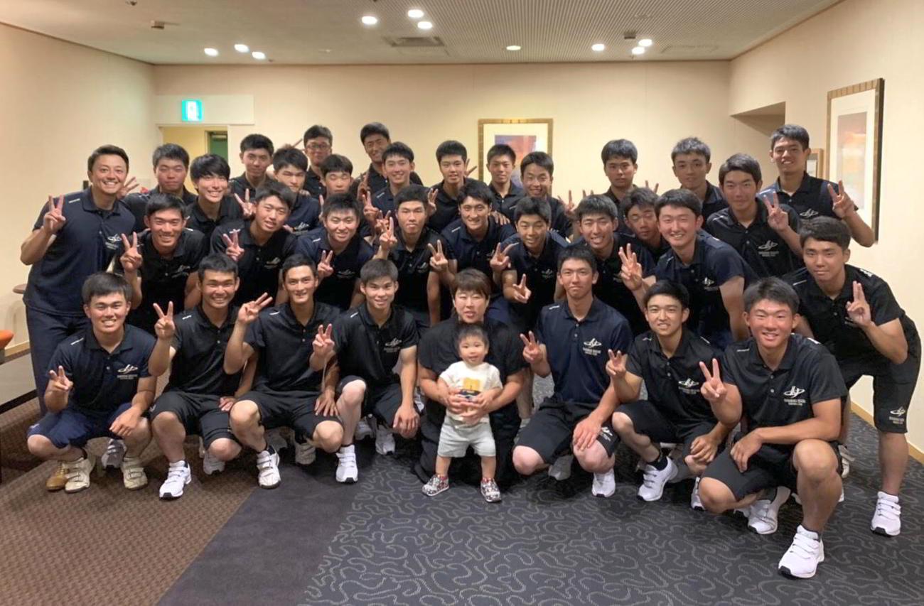 冨田トレーニングコーチ(中央)と花巻東の選手たち