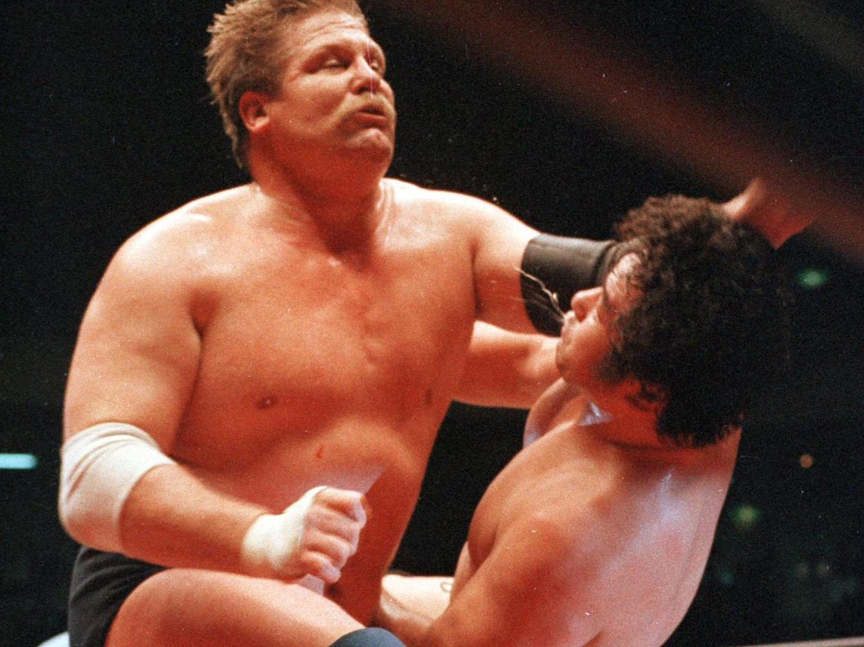 天龍源一郎(右)に強烈なラリアットを見舞うスタン・ハンセン(1988年3月27日撮影)