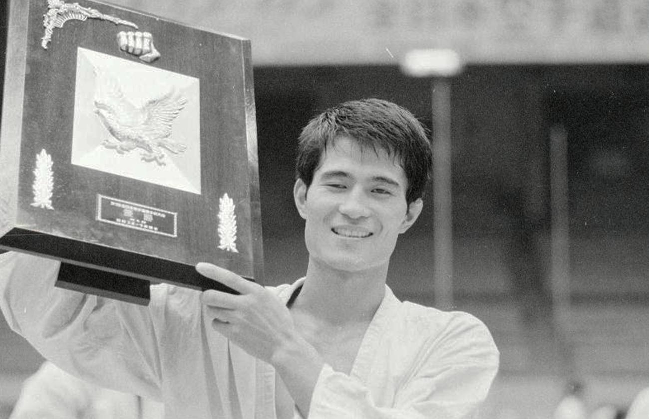 第1回オープン全日本空手道選手権 優勝楯を手に笑顔を見せる山崎照朝(1969年9月20日撮影)