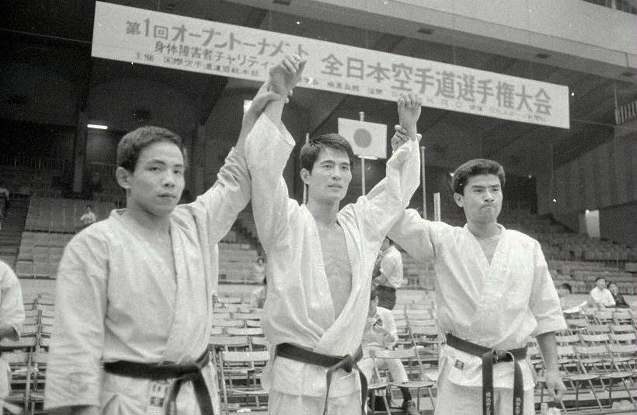 第1回オープン全日本空手道選手権 両手をあげられて祝福を受ける山崎照朝(中央)(1969年9月20日撮影)