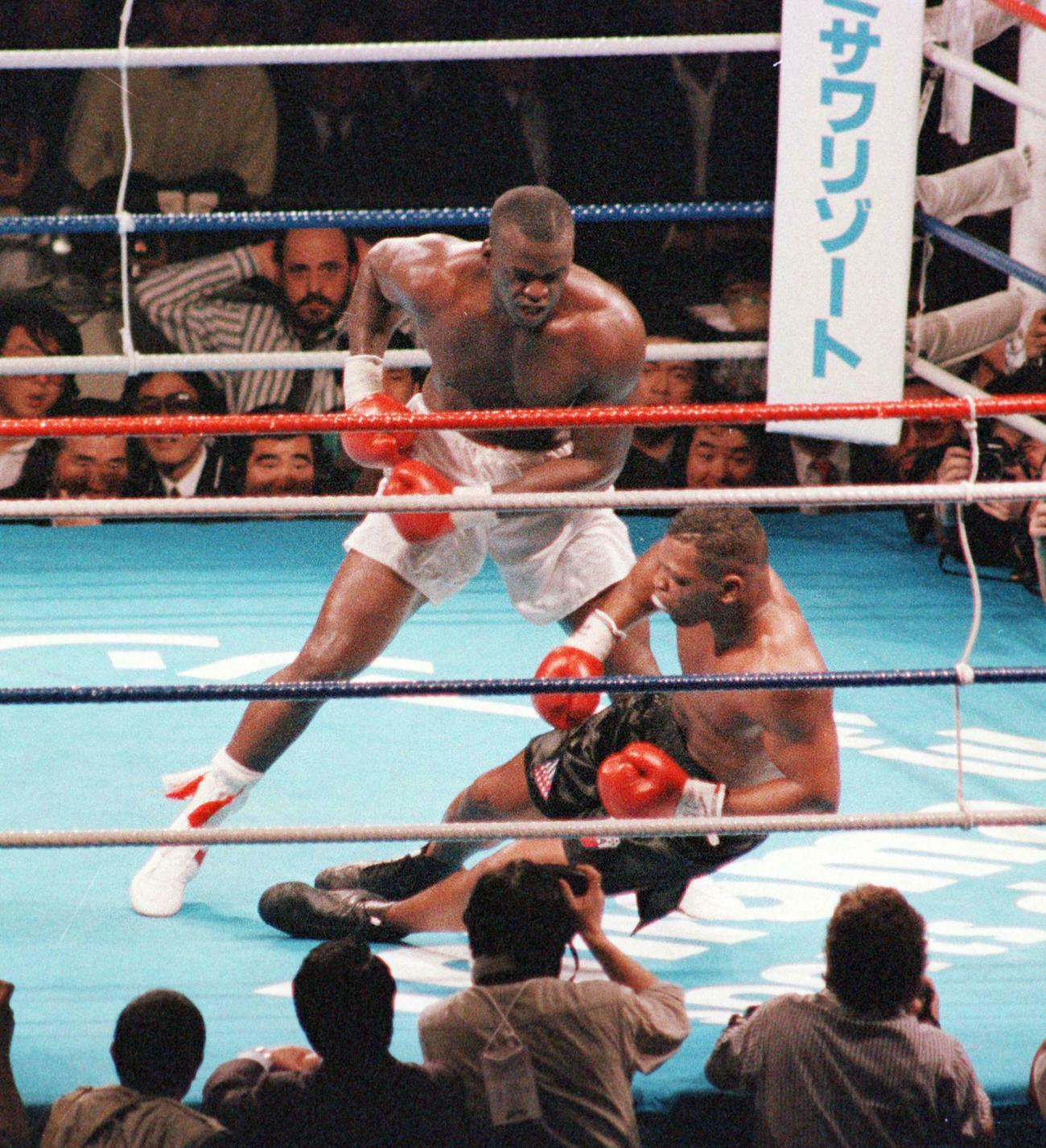 90年2月、WBA・IBF・WBC世界ヘビー級タイトルマッチの10回、タイソン(右)はダグラスの強烈パンチでダウンを喫しKO負けする