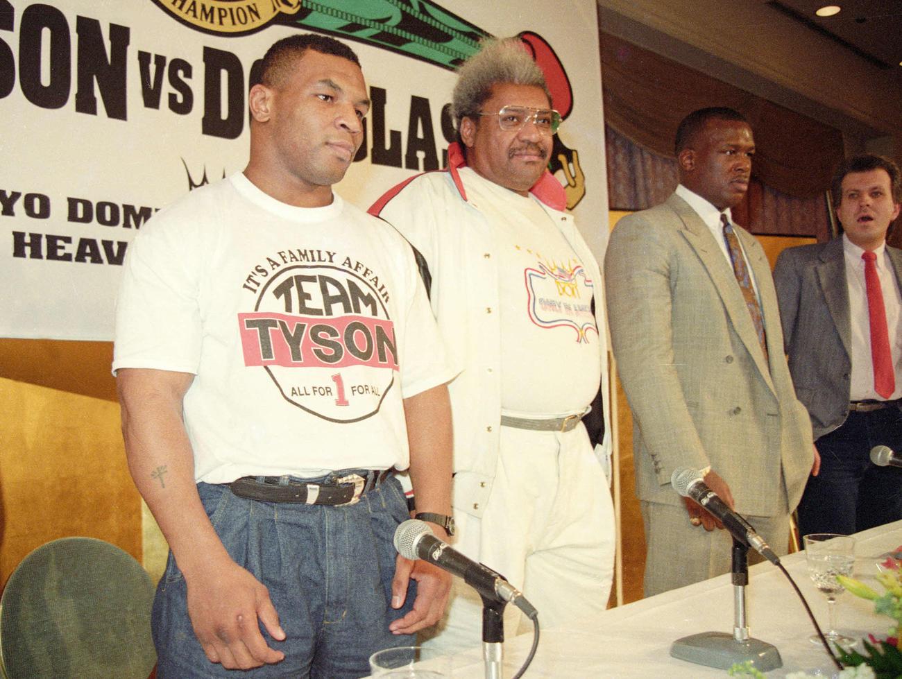 WBA・IBF・WBC世界ヘビー級タイトルマッチ合同記者会見で同席したマイク・タイソン(左)とジェームス・ダグラス(右から2人目)