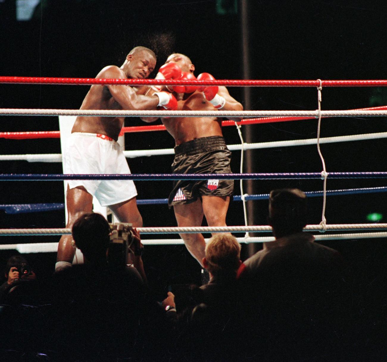 WBC・IBF・WBC世界ヘビー級タイトルマッチ 8回、ジェームス・ダグラス(左)に右アッパーを浴びせダウンを奪うマイク・タイソン(1990年02月11日)