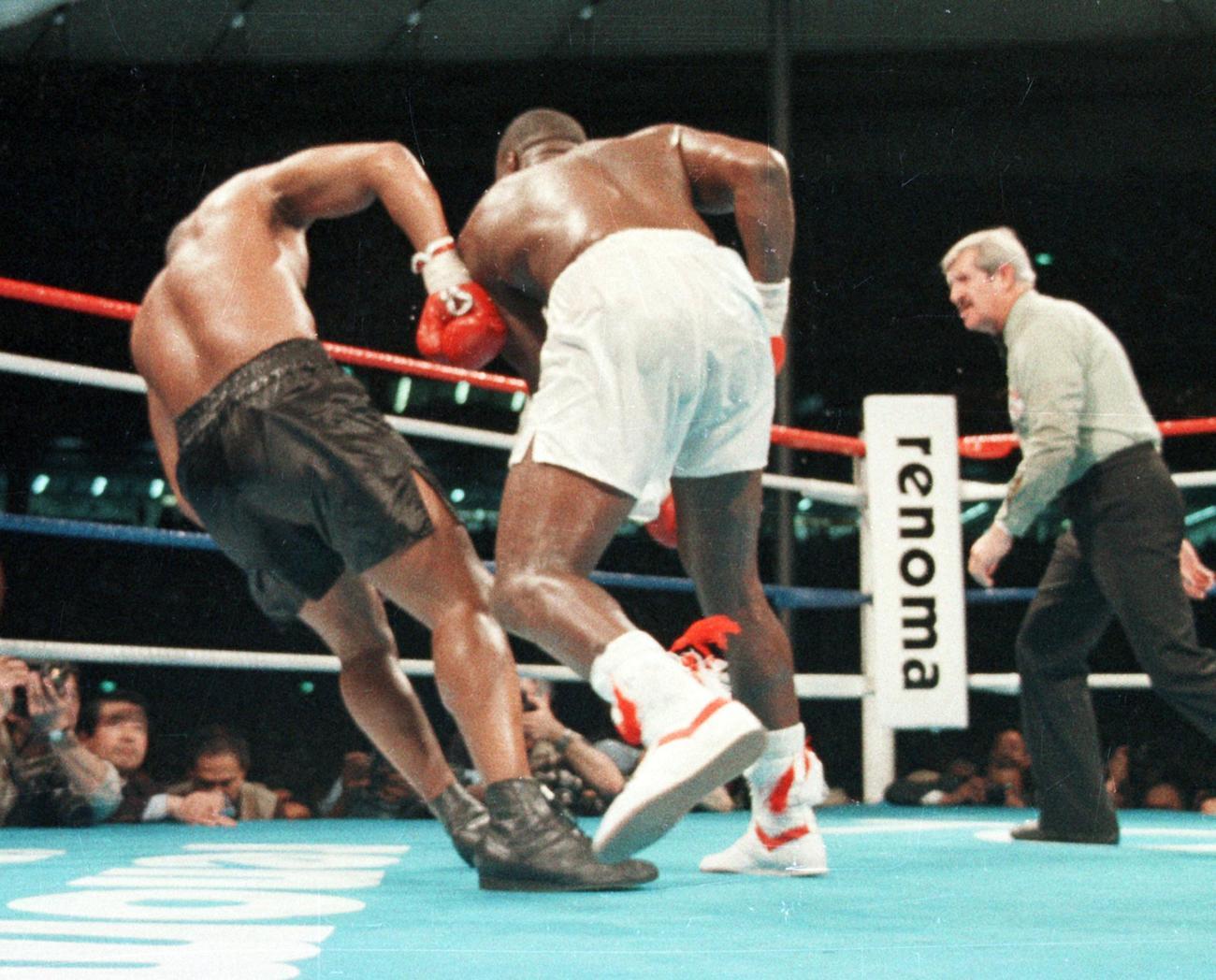 WBA・IBF・WBC世界ヘビー級タイトルマッチ 10回、マイク・タイソン(左)からダウンを奪うジェームス・ダグラス(1990年2月11日撮影)
